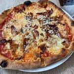 'Drenge-pizzaen' med eminent bacon, karamelliserede løg, grana padana og et skud sort peber