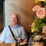 Stolik, kolega i kwiaty imieninowe