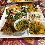 Assiette végétarienne : purée lentilles corail, nombreux légumes frais délicatement relevés