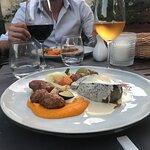 Plat : Filet de bœuf au foie gras, pommes de terre confites, purée de carottes et petits légumes
