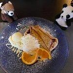 Blaubeerpfannkuchen mit Vanilleeis und Sahne