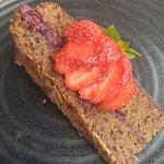 Bolo de chocolate com frutos vermelhos e recheio de cereja