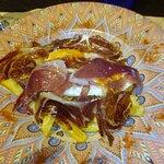 Huevos estrellados con jamón ibérico y base de patatas fritas