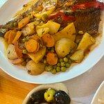 pescado del día con patatas y verduras al horno