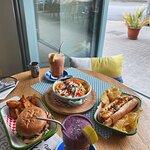 Hamburguesa Barcino, Teriyaki Dog Roll, nachos con guacamole y dos smoothies (Oxigen yTropic)