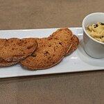 Hummus con tostas de pan