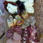 Taglieri di salumi e formaggi locali