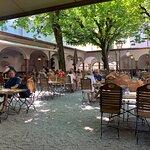 Schöner schattiger Biergarten im Innenhof