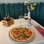 Pizza with shrimp and prosciutto at Lvxor restaurant