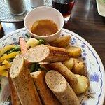 Vegetarpølse med stekte poteter og grønnsaker