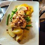 Fisk (brosme) med stekte poteter og grønnsaker