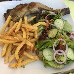 poulet ail, frites et salade