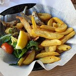 koszyk owoców morza: szprotki (kilkanaście), kalmary i krewetki (po cztery) + spora porcja fryte