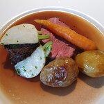 Hovedrett: indrefilet av storfe og oksekjake i en sjysaus med nepe, gulrot og smørstekt potet so