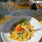 Hauptspeise Pasta mit Rauchlachs, Zuchetti und Tomaten, war lecker