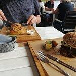 burger na widoku i piecuchy ze szpinakiem