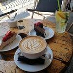 cappuccino, lemoniada i ciasta