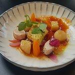 Fisch und Kaninchen mit Gemüse auf bolognese Soße