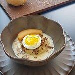 Linsen und Kartoffel Püre mit Spiegelei und in Alkohol marinierter Apfelstück