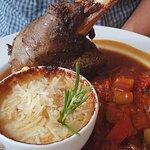 Lammhaxen im eigenem Saft mit tomatisiertem Gemüse und Erdäpfelgratin