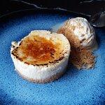 Tarta de queso Payoyo con helado de miel y piñones