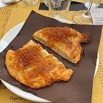 Brustengo (tipico pane fritto del territorio di Gubbio) con marmellata di pesche