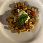 Gnocchi con stracciata di bufala e pomodorini semi-dry
