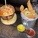 Hamburger com pão de amendoas, gorgonzola, geleia de uva e cebola caramelizada e de acompanhamen