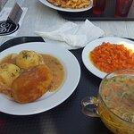 Rosół, ziemniaki, marchewka z groszkiem, kotlet de volaile, kompot