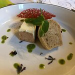 Lebercreme / Pumpernickeleis / süßem Zwiebelconfit / hausgebackenes Kartoffelbrot