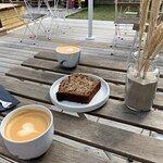 Cortado, bananbrød og Cappuccino