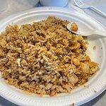 Riz frit aux crevettes, savoureux et sa sauce soya, aussi riz blanc accompagne ce plat.