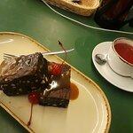брауни с солёной карамелью и ягодный чай