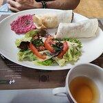 Tartines Libanaises : wraps avec du humous et des légumes de saison.