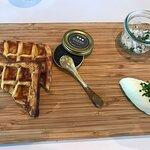 Kartoffel vaffel med baeri caviar, creme fraiche og løg