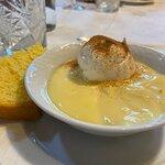 Natillas con bola de merengue y un trozo de bizcocho...