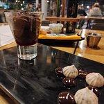 Mousse de chocolate con salsa de berries ($4.000)