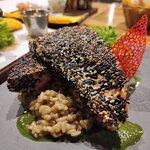 Salmón grille con costra de sésamo ($14.900) Salmón sellado con sésamo acompañado de risotto de