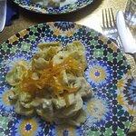 Tortellini de ravioli e espinafres com laranja caramelizada