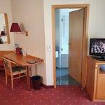 Zimmer 41 mit Schreibplatte, Fernseher und leerer Minibar