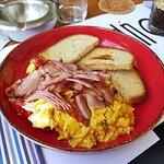 Scrambled eggs με μπέικον και παραδοσιακό φουρνιστό ψωμί