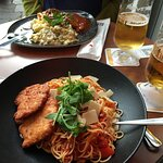 Hähnchenbrust mit Spaghetti und Schweinebraten mit Kartoffelbrei und Rahmwirsing