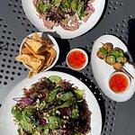 Udvalg af deres mad. To salater