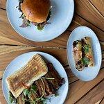 Udvalg af deres mad. Burger og pork sandwich.