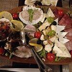 Entrée - Planche à partager (fromages locaux, jambon fumé, petits poissons, salade de poulpe)