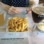 Les frites à partager et des bières uniquement en bouteille