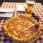 Hawaii pizza and tsjekkian beer.