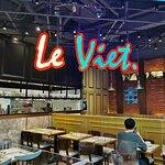 餐廳的主理人是柬埔寨華僑第二代 佈置以紅黃藍色的裝潢為主調