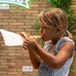 Mi hija Lara disfrutando de una porción