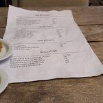 Esta es la carta de vinos. Es un folio A4 manoseado, arrugado y sucio. Eso si tienen vinos de 50